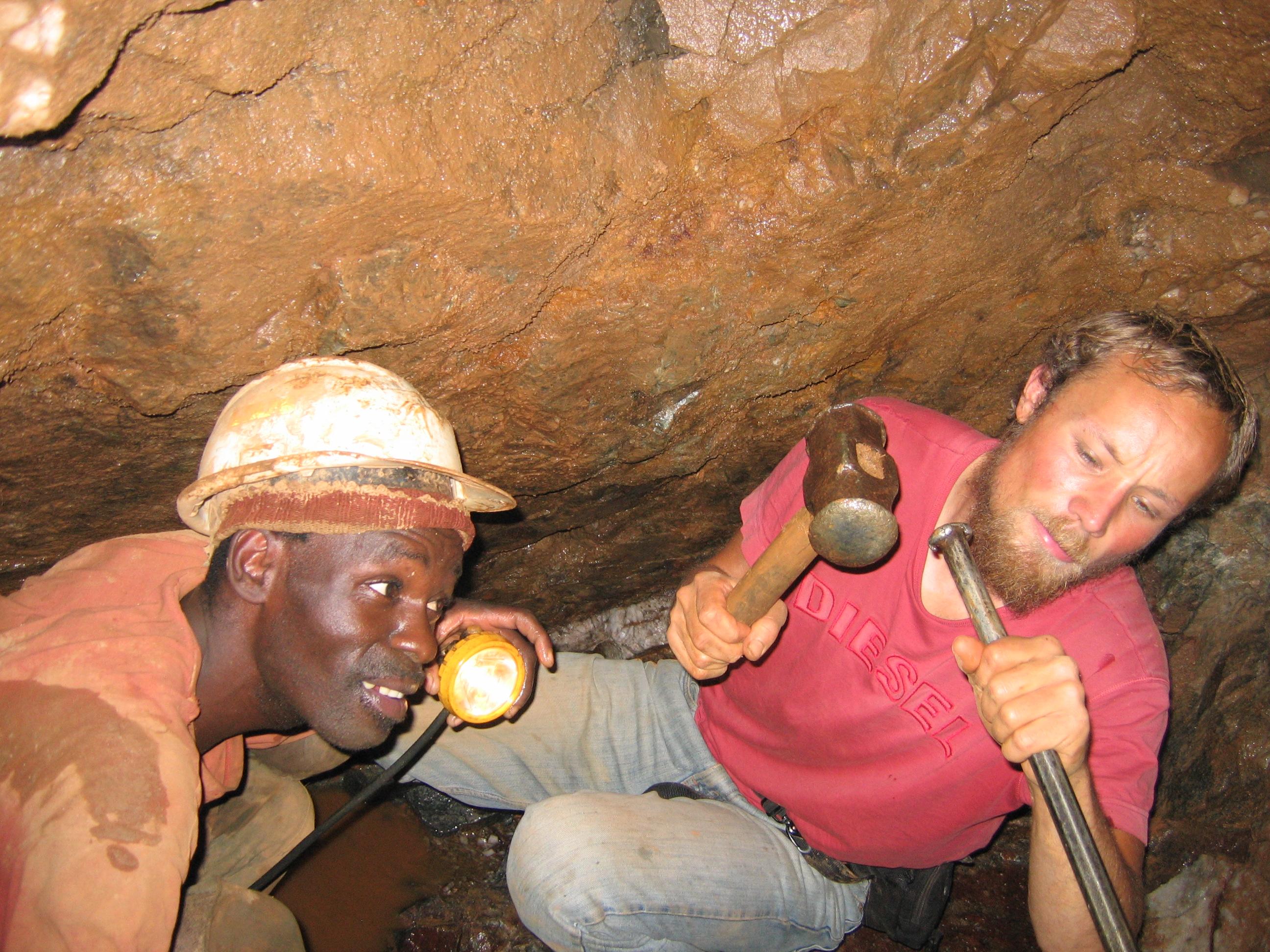 Knochen-Arbeit: Simbabwe. Goldabbau im Schacht.