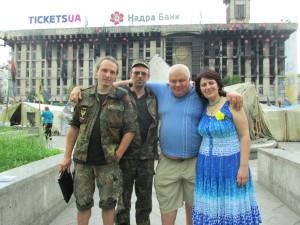 Ein Bild aus besseren Tagen - Billy mit Maidanlern vor dem ausgebrannten Ex-Hauptquartier - (c) Billy Six