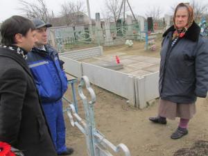 Am Ort ihrer Erinnerung: Großmütterchen Hala am Gedenkstein der Holodomor-Opfer von Tsiurupinsk